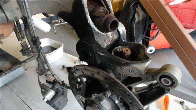BMW-R1200GSA - BEVEL PINION SEAL AND RUST  -  PIC 2